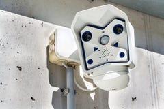 Nowożytnego podwójnego obiektywu nowożytna kamera bezpieczeństwa dołączająca izolować zdjęcie stock