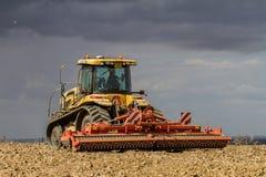 Nowożytnego pretendenta uprawy ciągnikowy uprawowy Angielski pole Zdjęcie Stock