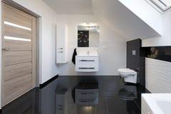 Nowożytnego projekta wygodna łazienka zdjęcia royalty free