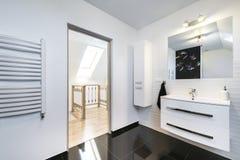 Nowożytnego projekta wygodna łazienka obrazy royalty free