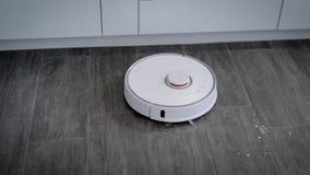 Nowożytnego robota próżniowy cleaner pracuje w domowej kuchni zbiory