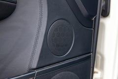 Nowożytnego round głośnikowy grille w czarnym kolorze na drzwi wśrodku samochodowego wnętrza, okrąg dynamika z chromów elementami fotografia stock