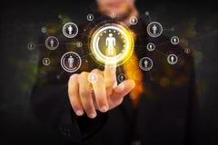 Nowożytnej biznesmen wzruszającej przyszłościowej technologii ogólnospołeczna sieć ale obrazy stock