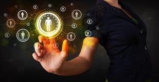 Nowożytnej bizneswoman wzruszającej przyszłościowej technologii sieci ogólnospołeczny b obrazy royalty free