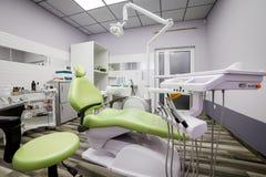Nowożytnej dentystyki biurowy wnętrze z krzesłem i narzędziami - medycyna zdjęcie royalty free