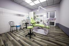 Nowożytnej dentystyki biurowy wnętrze z krzesłem i narzędziami - medycyna obraz stock