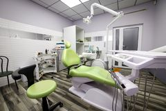 Nowożytnej dentystyki biurowy wnętrze z krzesłem i narzędziami - medycyna zdjęcie stock