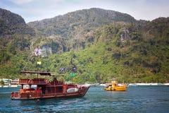 Nowożytnej przyjemności turystyczna łódź, stylizująca jako pirata statek Przeciw tłu skalisty brzeg i piaskowata plaża, ja jest obrazy stock