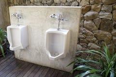 Nowożytnej toalety wewnętrzna fotografia z pisuaru rzędem Obraz Royalty Free