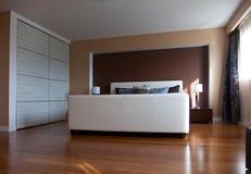 Nowożytnej współczesnej mieszkanie sypialni wewnętrzny projekt po bamb obrazy royalty free