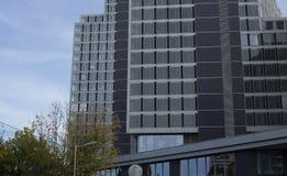 Nowożytni biznesowi budynki przy niebieskim niebem obraz royalty free