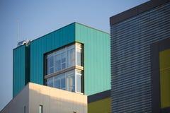 Nowożytni budynki biurowi. Kolorowi budynki w przemysłowym miejsca whit nieba błękicie. fotografia royalty free
