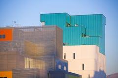 Nowożytni budynki biurowi. Kolorowi budynki w przemysłowym miejsca whit nieba błękicie. zdjęcia royalty free