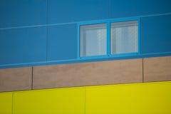Nowożytni budynki biurowi. Kolorowi budynki w przemysłowym miejscu. Błękitni i żółci okno. obrazy stock