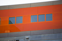Nowożytni budynki biurowi. Kolorowi budynki w przemysłowym miejscu. Czerwoni okno. zdjęcie stock