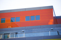 Nowożytni budynki biurowi. Kolorowi budynki w przemysłowym miejscu. Czerwoni okno. obrazy royalty free