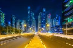 Nowożytni budynki i iluminująca droga Dubaj UAE Obrazy Stock