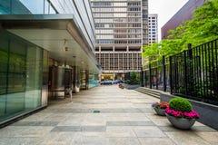 Nowożytni budynki i podwórze w Centrum mieście, Filadelfia, Pennsylwania zdjęcie royalty free