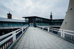 Nowożytni budynki i przejście przy Alexanderplatz, Berlin, Niemcy Obrazy Royalty Free