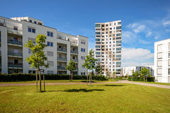 Nowożytni budynki mieszkalni z plenerowymi udostępnieniami, fasada nowi mieszkanie domy Fotografia Stock