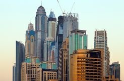 Nowożytni budynki w Dubaj, drapacz chmur architektury pustyni locat zdjęcie stock