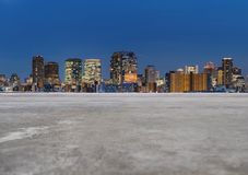 Nowożytni budynki w mieście z pustą betonową podłogą, tła miasta noc ulica obraz royalty free