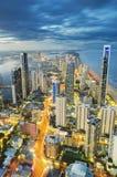Nowożytni budynki w złota wybrzeżu podczas zmierzchu zdjęcia royalty free