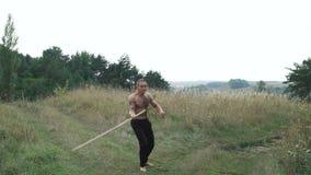 Nowożytni cossack treningi z kordzikami w polach 4K zbiory wideo