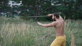 Nowożytni cossack treningi z kordzikami w polach 4K zbiory