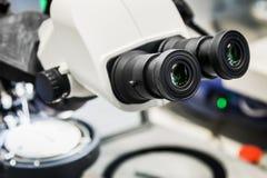 Nowożytni cyfrowi mikroskopy projektują uzyskiwać powiększonych wizerunki obrazy stock