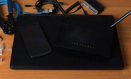 Nowożytni cyfrowi urządzenia łącznościowe, narzędzia dla związku, na stole obrazy stock