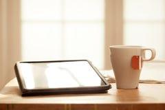 Nowożytni Cyfrowych przyrząda na Drewnianym stole, Zamazany okno backgrou Obraz Stock