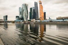 Nowożytni drapacze chmur Moskwa Międzynarodowy Biznesowy Centre MIBC na Moskwa rzeki bulwarze Rosja Zdjęcia Stock