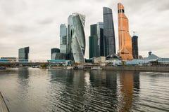 Nowożytni drapacze chmur Moskwa Międzynarodowy Biznesowy Centre MIBC na Moskwa rzeki bulwarze Rosja Zdjęcie Royalty Free