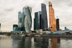 Nowożytni drapacze chmur Moskwa Międzynarodowy Biznesowy Centre MIBC na Moskwa rzeki bulwarze Rosja Obrazy Stock