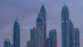 Nowożytni drapacze chmur w Dubaj miasta nocy dnia timelapse od Palmowej Jumeirah wyspy zbiory