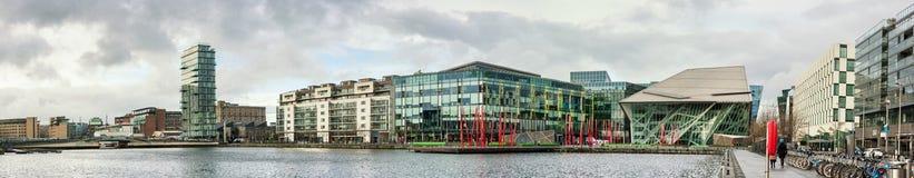 Nowożytni Dublin Docklands lub Silikonowi doki, panoramiczny wizerunek zdjęcie stock