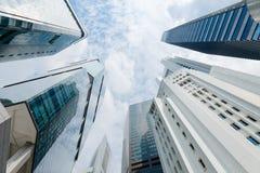 Nowożytni Highrise budynki Rozciągają W kierunku nieba na Częsciowo Chmurnym dniu Obrazy Stock