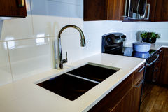Nowożytni kuchenni urządzenia z mikrofalą i kuchenką Obraz Royalty Free