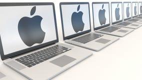 Nowożytni laptopy z Apple Inc logo target1651_1_ wejściowy nowożytny biuro Informatyka konceptualny artykuł wstępny 3D Zdjęcia Stock