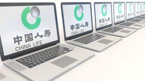 Nowożytni laptopy z China Life firmy ubezpieczeniowej logem Informatyka artykułu wstępnego 3D konceptualny rendering Zdjęcie Royalty Free