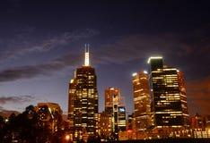 Nowożytni miasto budynki w nocy Fotografia Royalty Free