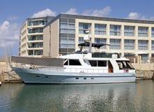 Nowożytni mieszkania i biały luksusowy jacht przy marina Zdjęcia Royalty Free