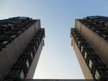 Nowożytni mieszkanie budynki pod zmierzchem zaświecają w Szanghaj Fotografia Stock