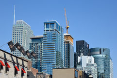 Nowożytni mieszkanie własnościowe budynki i wysocy biznesowi drapacze chmur Fotografia Stock