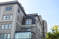 Nowożytni mieszkanie własnościowe budynki z ogromnymi okno Obraz Royalty Free