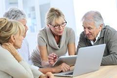Nowożytni przechodzić na emeryturę ludzie na pastylce i laptopie Zdjęcie Stock