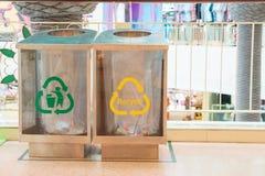 Nowożytni przejrzyści zbiorniki z znakami dla oddzielnego śmieci marnotrawią w centrum handlowym Jałowy oddzielnej kolekci system Zdjęcie Royalty Free