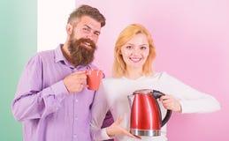 Nowożytni przyrząda robią nasz życiu łatwy Wydatki dzień dobry wpólnie Para przygotowywa ranku napoju czajnika elektrycznego przy obraz royalty free