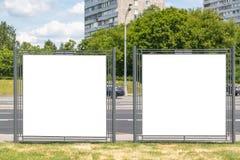 Nowożytni puści puści reklamowych billboardów sztandary w mieście outdoors Mockup dla tw?j reklamowego projekta fotografia stock